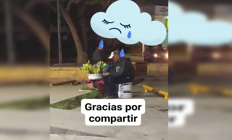 Convocan en redes a ayudar a abuelito que vende flores en la calle