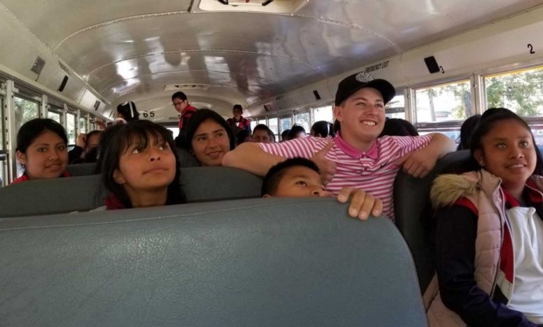 Estudiante de Estados Unidos dona autobús y útiles escolares a escuela en Michoacán