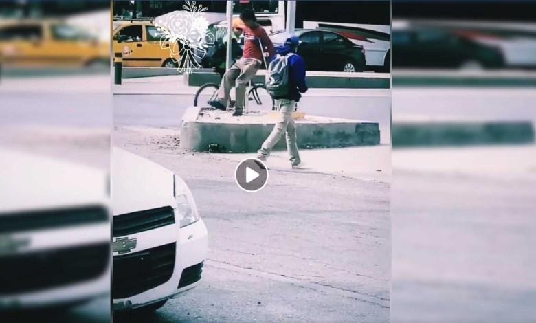 México: Exhiben a hombre con muletas que pedía dinero caminando de forma normal
