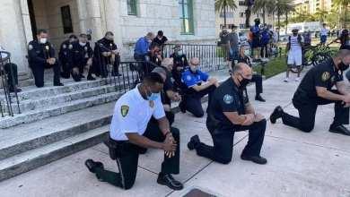 Photo of Policías se arrodillan frente a manifestantes en honor a George Floyd