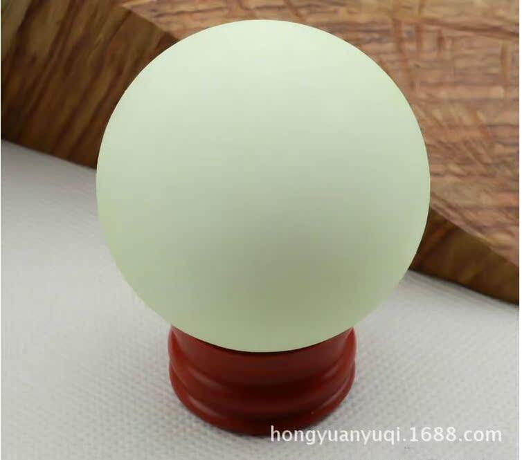 批發發光螢石夜明珠原石工藝品白色冰洲石夜光球擺件風水球送底座-阿里巴巴