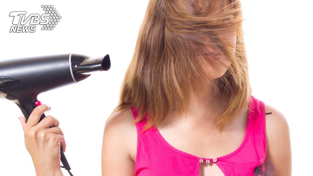 女友吹頭髮竟「爆門」 他嚇壞:扭不開瓶蓋都假的│TVBS新聞網
