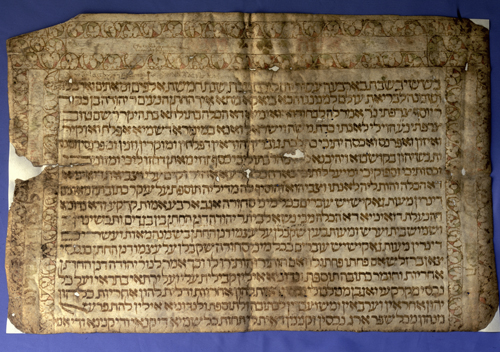 Cuerpo principal de la ketubbá o contrato matrimonial en pergamino de Yehudá Sarfatí y Dueña Sarfatí (1487), judíos de Jaca. Se extrajo de las cubiertas de un protocolo notarial de 1544 de un notario de Berdún (Huesca) y allí permaneció oculto hasta fechas recientes.