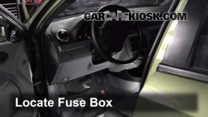 Ubicación de caja de fusibles interior en Suzuki SX4 2007
