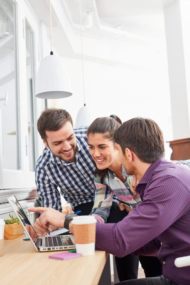 Entwickler Team im Start-Up diskutiert Innovation