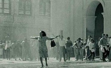 Una-mujer-desafia-a-la-dictadura-1986-Jose-Moreno-Archivo-UH-portalguarani