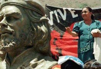 La líder minera boliviana Domitila Chungara, durante un acto de homenaje al Che en 1997. REUTERS.