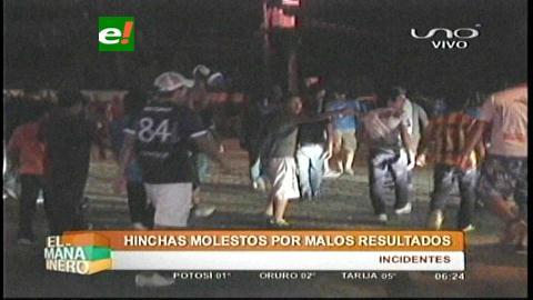 La hinchada hizo sentir su rabia por la derrota de Blooming ante Bolívar
