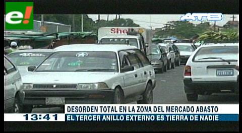 Caos vehicular reina en el Mercado Abasto