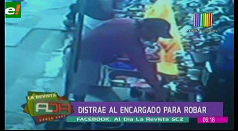 Video: distrae al encargado para robar