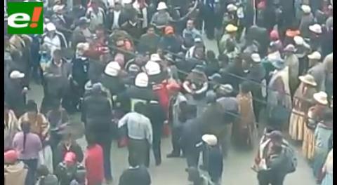 Video: incendio de la alcaldía alteña y agresiones a bomberos