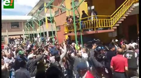 """Vice llegó con su """"barra"""", la gente repudió con silbidos; hubo provocación y violencia de masistas"""