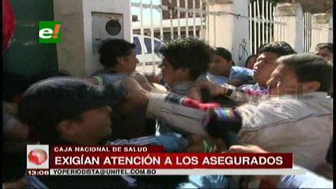 Trabajadores de la CNS protagonizan pelea campal en Santa Cruz