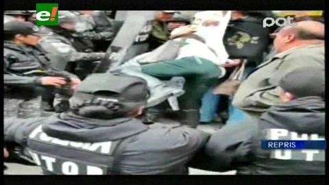 Policía desalojó violentamente a militantes de UD de la Catedral de La Paz