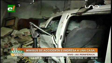 La Paz: Minibús choca contra una casa y deja a una madre y su hija heridas