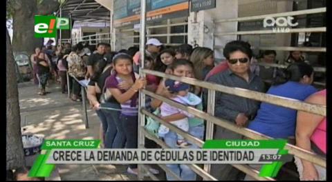 Largas filas en el Segip: Padres de familia buscan sacar cédulas para sus hijos