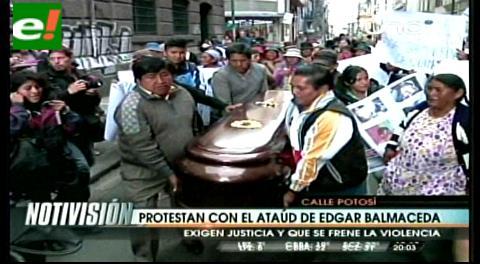 La Paz: Familiares llevan ataúd de minero caído a las puertas del Ministerio Público