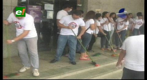 Jóvenes activistas por el 'No' barren y limpian el TED cruceño