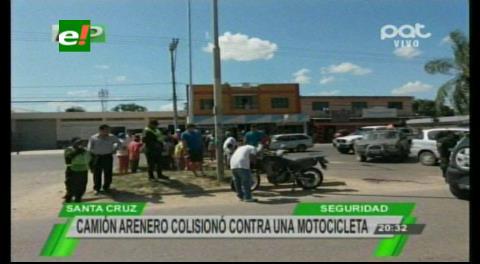 Dos policías resultan heridos tras estrellar su moto a un camión arenero