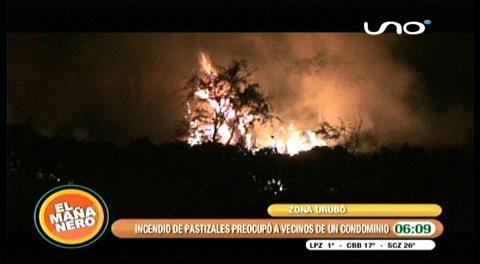 Bomberos sofoca un incendio de pastizales por el Urubó