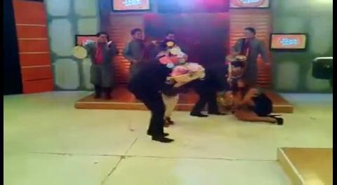 Presentadora de El Mañanero de La Paz se cae ¡en vivo!