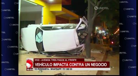 Vehículo chocó contra un negocio en la avenida Tres Pasos al Frente