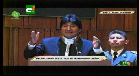 Morales promulga ley que proyecta inversión de $us 48.574 MM y otras ambiciosas metas hasta 2020