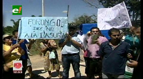Vecinos bloquean la carretera a Porongo por cierre de botadero de basura