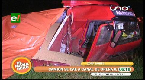 Camión que transportaba soya cayó a un canal en la avenida G-77