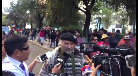 El padre Xavier Albó se suma a la caravana de personas con discapacidad