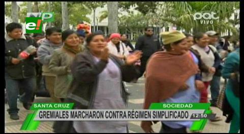 Comerciantes minoristas se movilizan y congestionan el centro de Santa Cruz