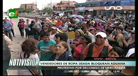 Vendedores de ropa usada bloquean la Aduana de Santa Cruz
