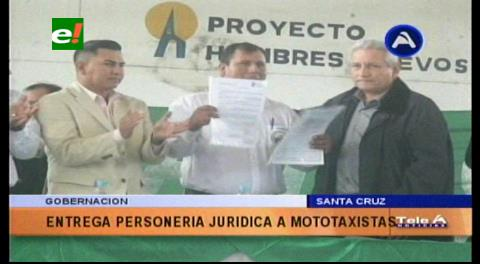 Gobernador entrega a mototaxistas del Plan 3000 personería jurídica