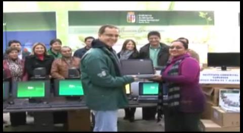 Gobernación cruceña entrega equipos de computación a institutos tecnológicos
