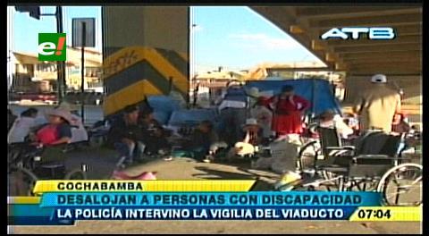 Cochabamba: Desalojan a discapacitados que hacían vigilia en el viaducto