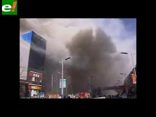 Un incendio devora un centro comercial en China