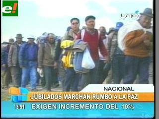 Jubilados marchan hacia La Paz por incremento del 10%