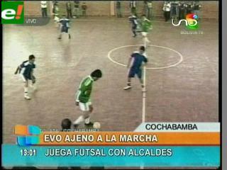 La marcha pide diálogo y Evo juega fútbol