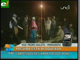 Bloqueo en Yacuiba, campesinos exigen pago del bono Prosol