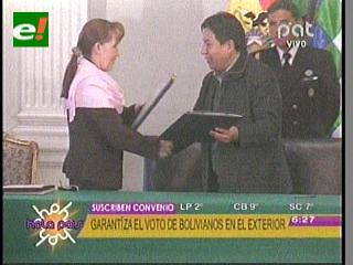 Cancillería y TSE firman convenio para iniciar inscripción de bolivianos en el exterior para elecciones