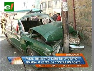 Vagoneta colisiona con un taxi e impacta contra un poste