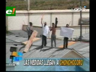 Reos del Penal de Chonchocoro radicalizan sus medidas, hay crucificados y enterrados