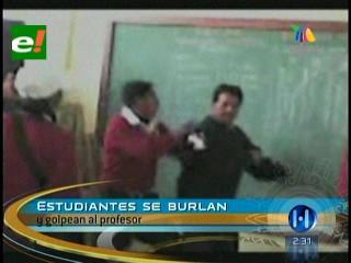 Perú: Alumnos se burlan y golpean a profesor en plena clase
