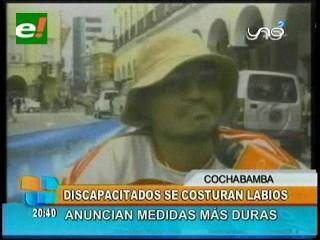 Discapacitados se cosen labios y sacan sangre en Cochabamba