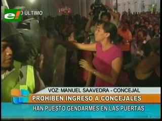 Santa Cruz: Gendarmes no dejan ingresar a ediles municipales a las intalaciones del Concejo