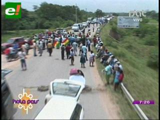Transportistas bloquean la carretera a Beni, piden mejoramiento de caminos