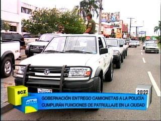 Gobernación cruceña entregó camionetas a la Policía