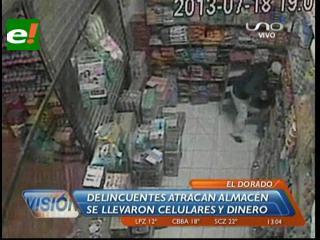 Todo fue filmado: Ladrones reducen a una mujer, a su hijo y a su cliente; se llevaron dinero