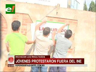 Jóvenes clausuran simbólicamente el INE en Santa Cruz