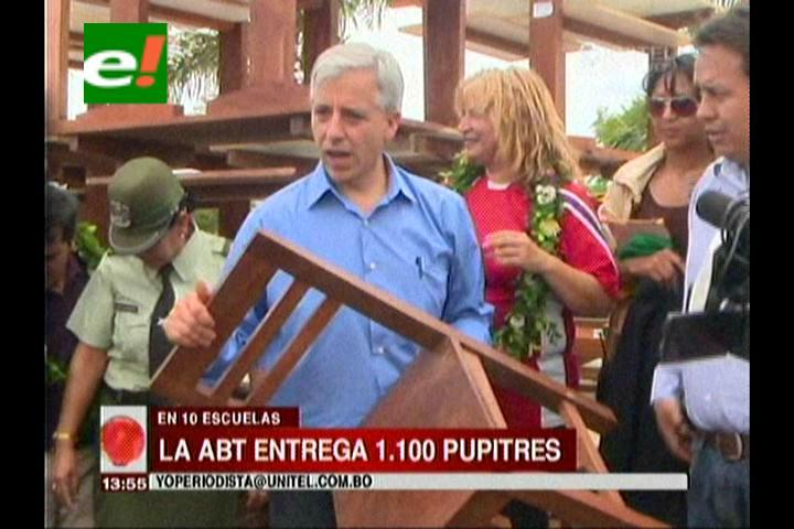 Vicepresidente entrega sillas y pupitres hechas de madera incautada por la ABT